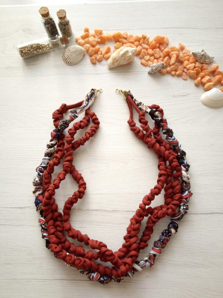 Collana rosso rubino e blu arabesque disponibile qui : https://www.etsy.com/it/MediterraneanArt/listing/733257943